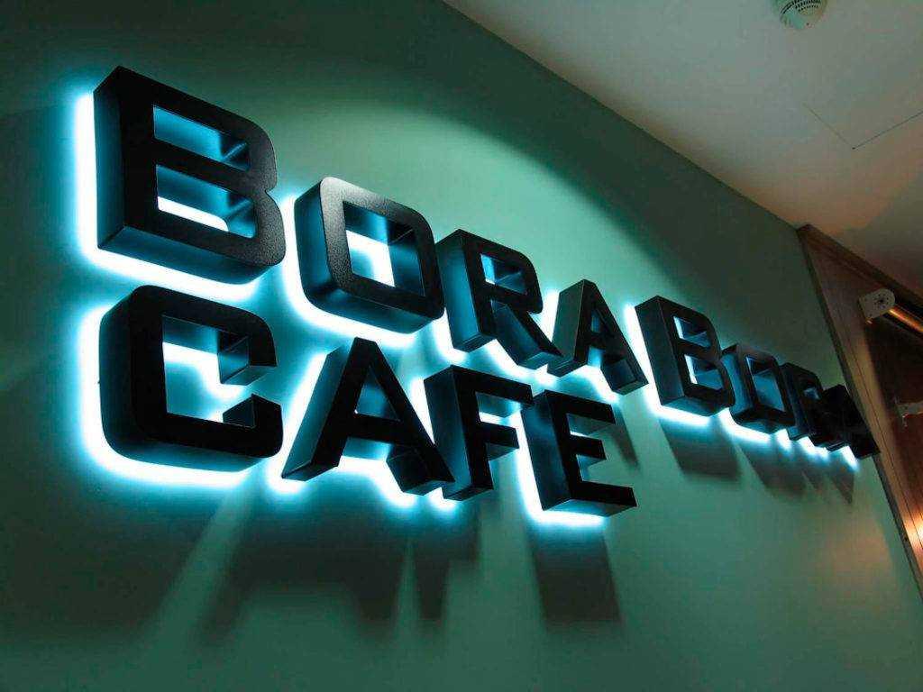 мега-контражур мегаманго наружная реклама Объемные световые буквы Bora Bora из пластика с контражурной подсветкой