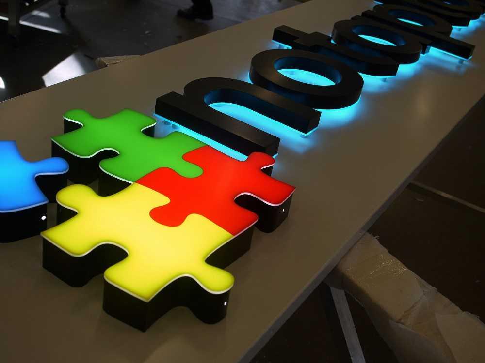 Объемные буквы из пластика Notaplan подсветка контражур